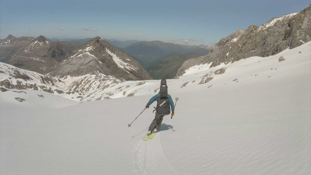 Jordi Mestre skiing down the mountain